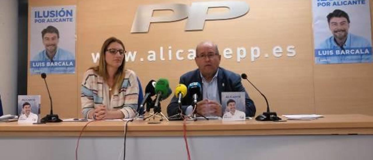 Mari Carmen de España y José Ramón González, ayer, presentando las propuestas de Urbanismo.