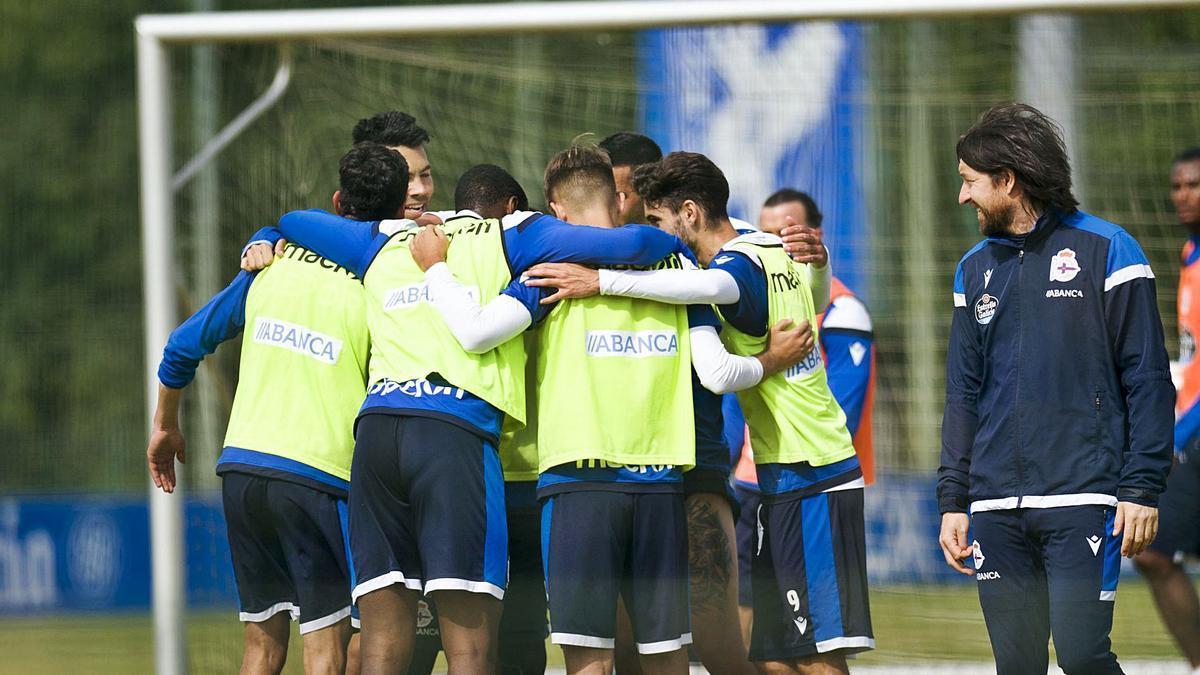 Los jugadores deportivistas se abrazan durante el entrenamiento de ayer. |  // CASTELEIRO / ROLLER AGENCIA