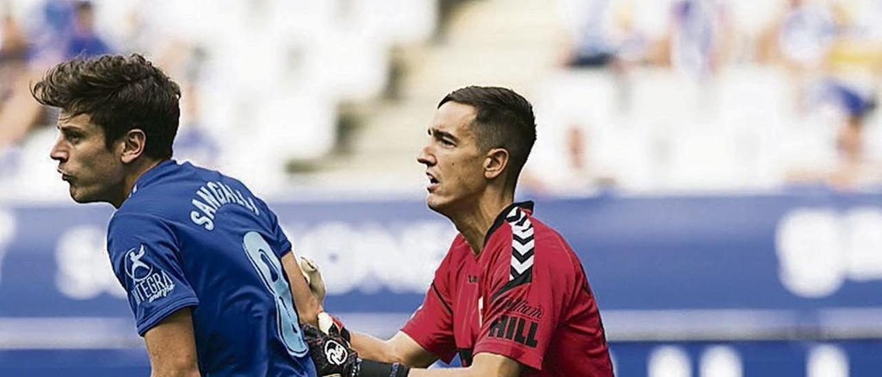 Edgar, portero del Elche, junto a Sangalli, en el partido disputado en Oviedo el pasado mes de septiembre.
