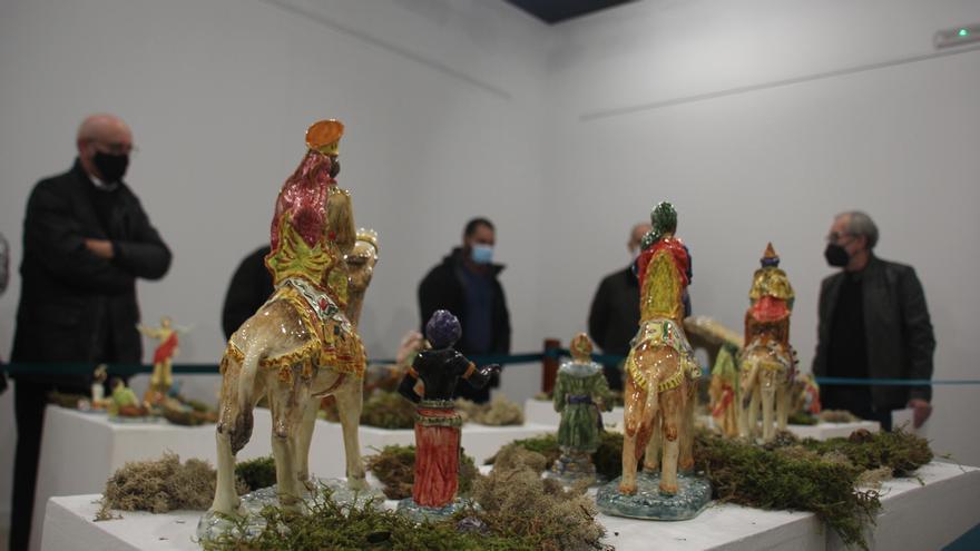 El artesano Antonio Cordero dona un belén de cerámica al Ayuntamiento de Manises
