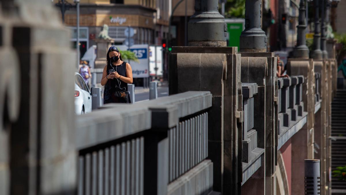 Una mujer pasea en el centro de Santa Cruz de Tenerife a pesar de las altas temperaturas.