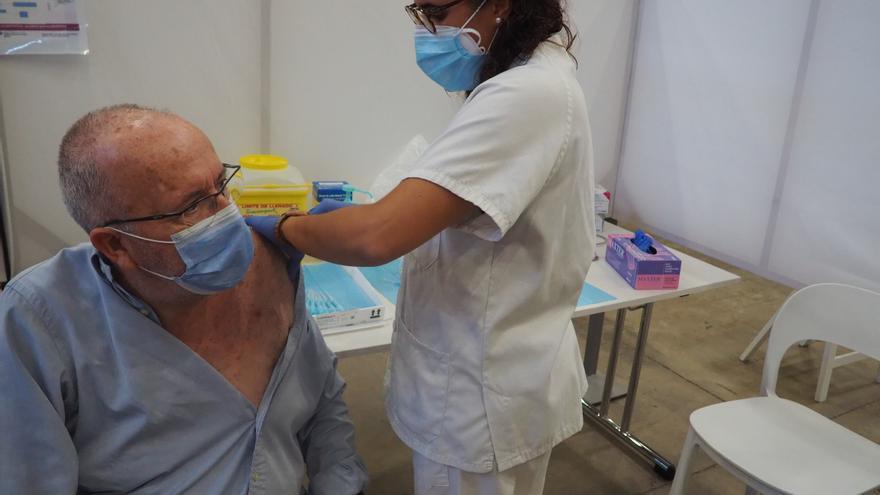 Vint usuaris de la Residència Hospital de Cadaqués han rebut avui la tercera dosi de la vacuna contra la Covid