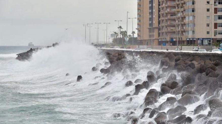 Aviso amarillo por fuerte oleaje en Canarias y vientos de hasta 80 kilómetros por hora