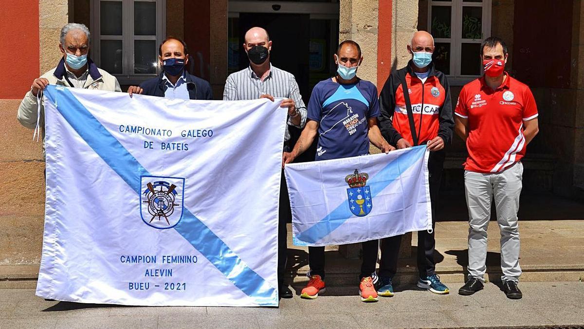 Participantes en la presentación del campeonato con una de las banderas. |  // FDV