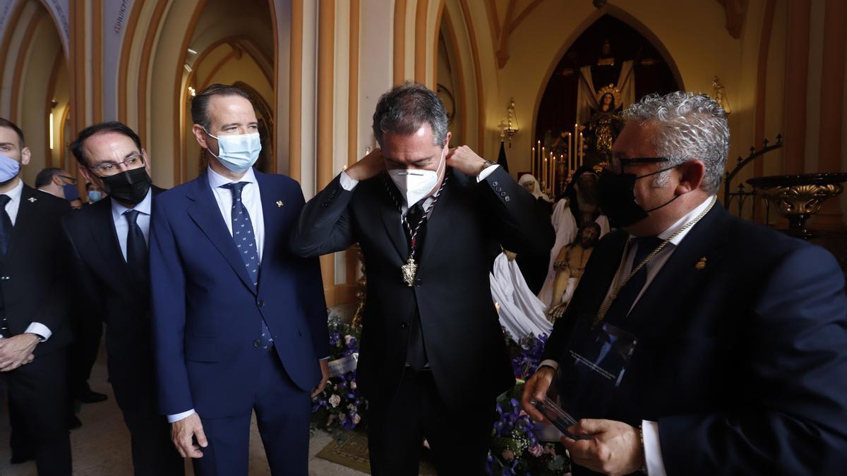 Juan Espadas, alcalde de Sevilla, visita el Santo Traslado