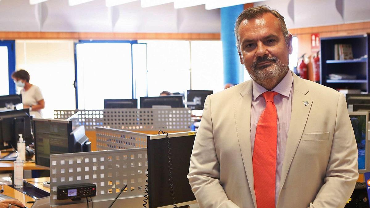 El doctor Fernando Ayuso, gerente de EPES Andalucía, en el centro coordinador del 061 en Córdoba.