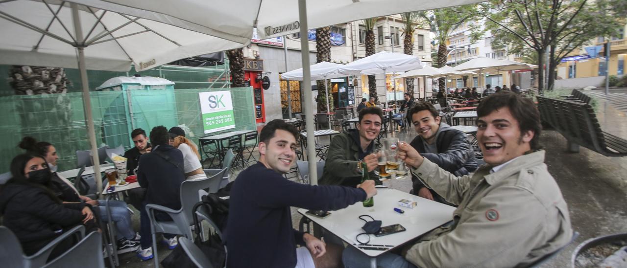 Jóvenes en una terraza de Alicante el pasado lunes, día en que se amplió la apertura hasta las 22 horas