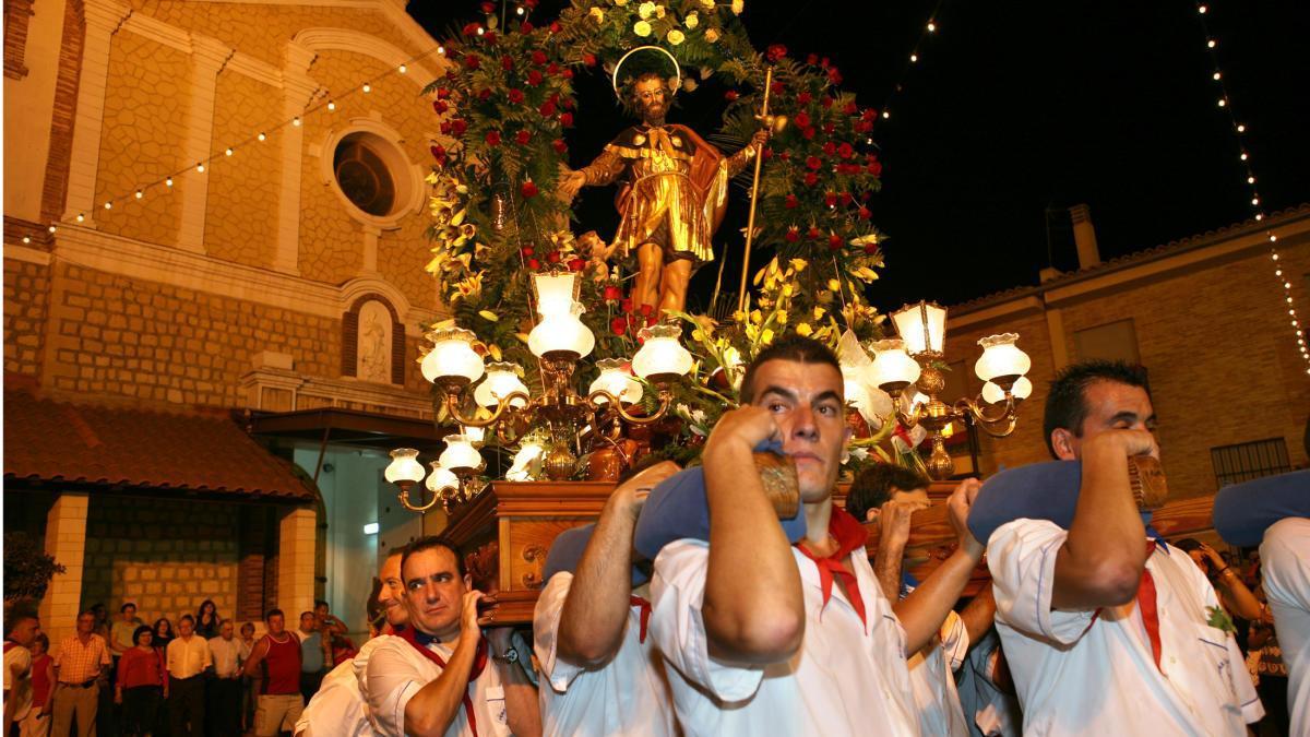 San Roque sacado a hombros en procesión de las fiestas patronales de Ceutí.