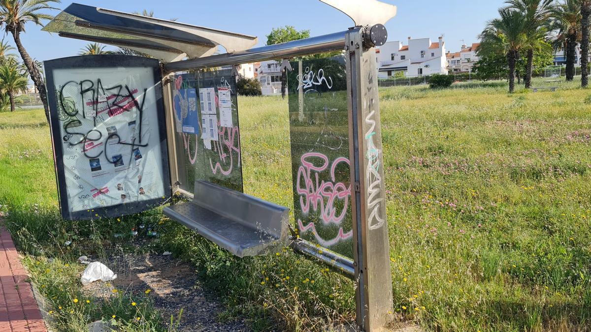 Aspecto de la marquesina de la parada de bus urbano de Torrealmendros en Torrevieja