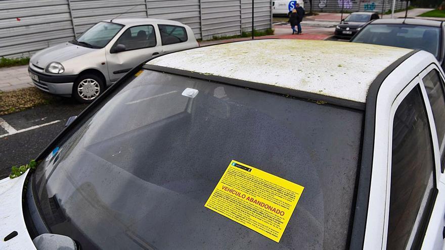 El Ayuntamiento retira en diez meses 800 vehículos abandonados de las calles