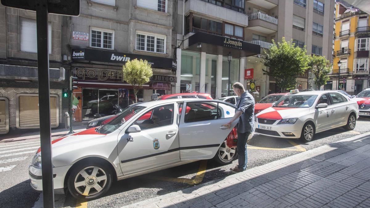 Un taxista en una calle de Vigo. // FdV
