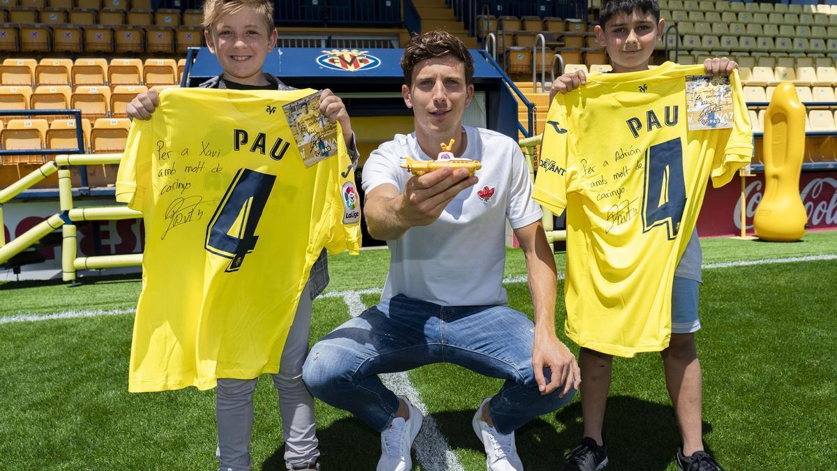 Pau Francisco Torres, junto a los niños de Betxí Xavi y Adrián a los que les regaló su camiseta firmada, al protagonizar el vídeo de promoción del Villarreal en Europa League.