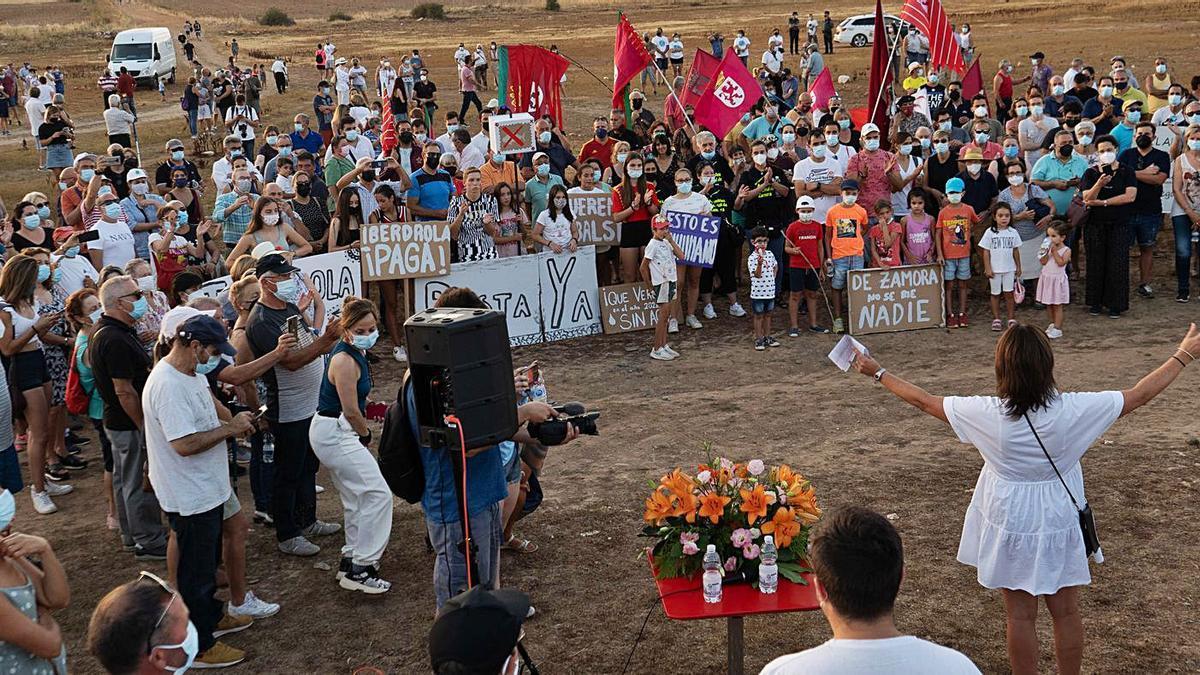 De espaldas, la alcadesa de Palacios se dirige a los asistentes a la marcha reivindicativa que llegó hasta el antiguo pueblo. | José Luis Fernández