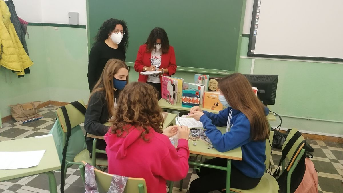 Los estudiantes del IES Ramón y Cajal reciben formación de sus profesoras de Lengua y Literatura.