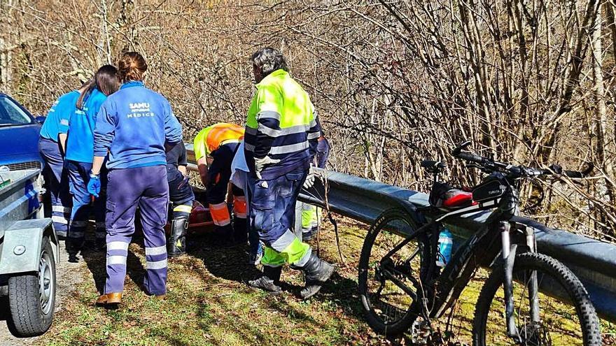 El enfermero herido grave al sufrir un accidente en bici, cayó por un desnivel de 8 metros