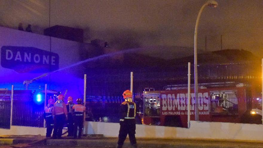 Un incendio quema parte de la antigua distribuidora de Danone en Las Torres