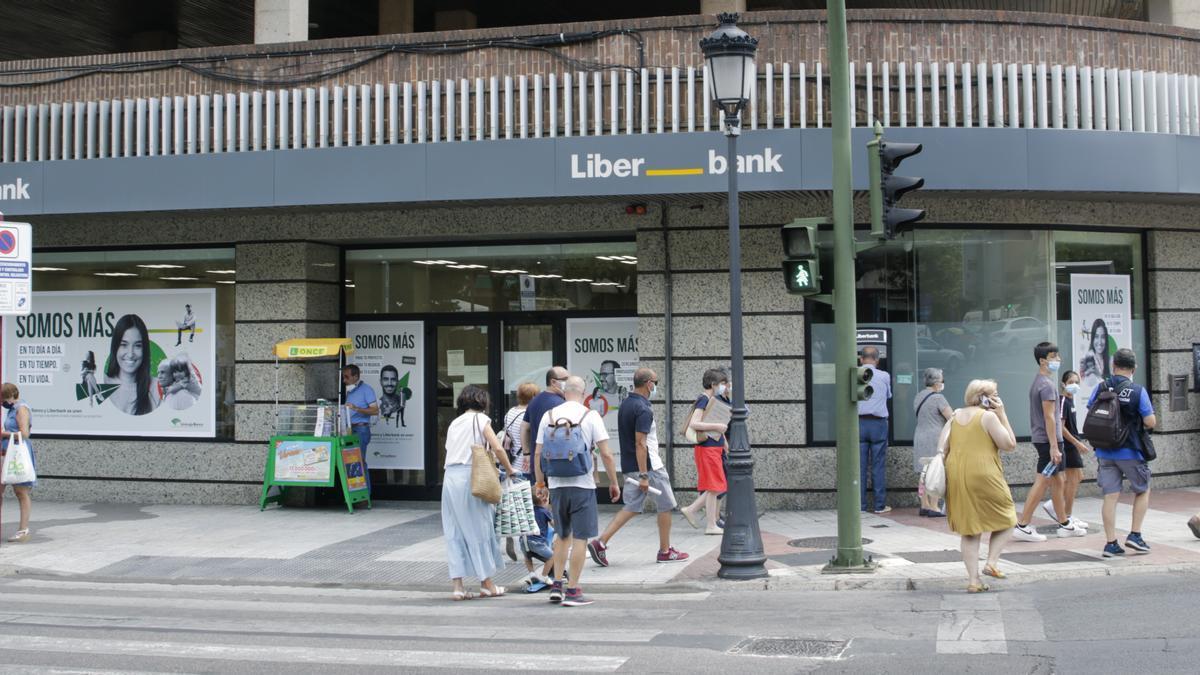 Exterior de la oficina de Unicaja Banco, aún con la imagen corporativa de Liberbank, en la avenida de España, en Cáceres, ayer.