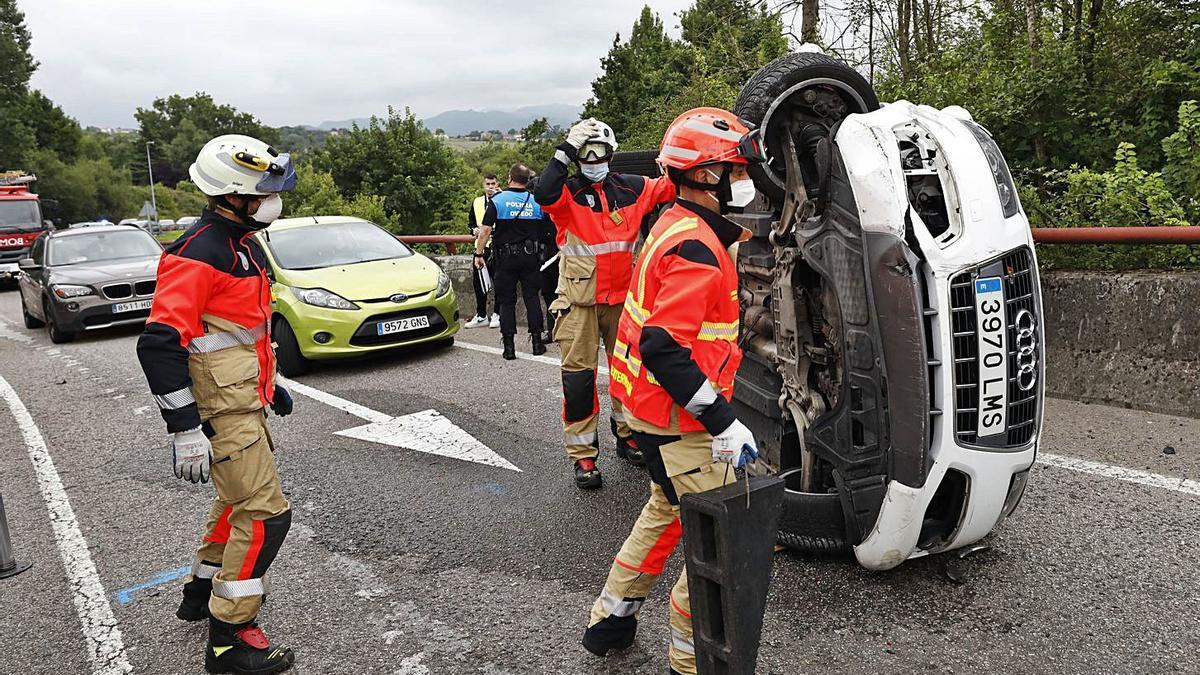 Retenciones a la entrada de Oviedo tras un aparatoso accidente    LUISMA MURIAS
