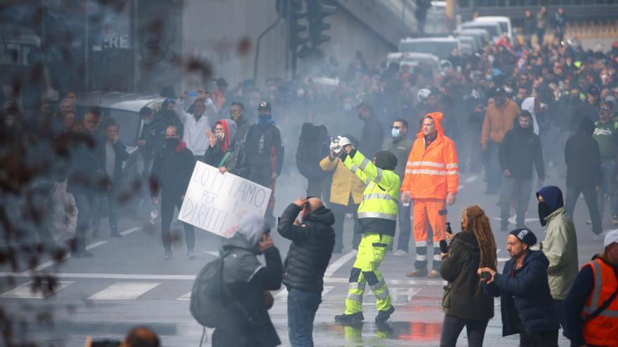 La policía italiana desaloja con cañones de agua a los estibadores que protestaban contra el pasaporte covid