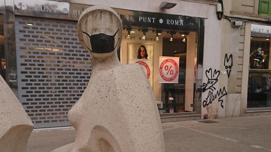 Mascarilla negra pintada sobre 'Dona de Palma'.