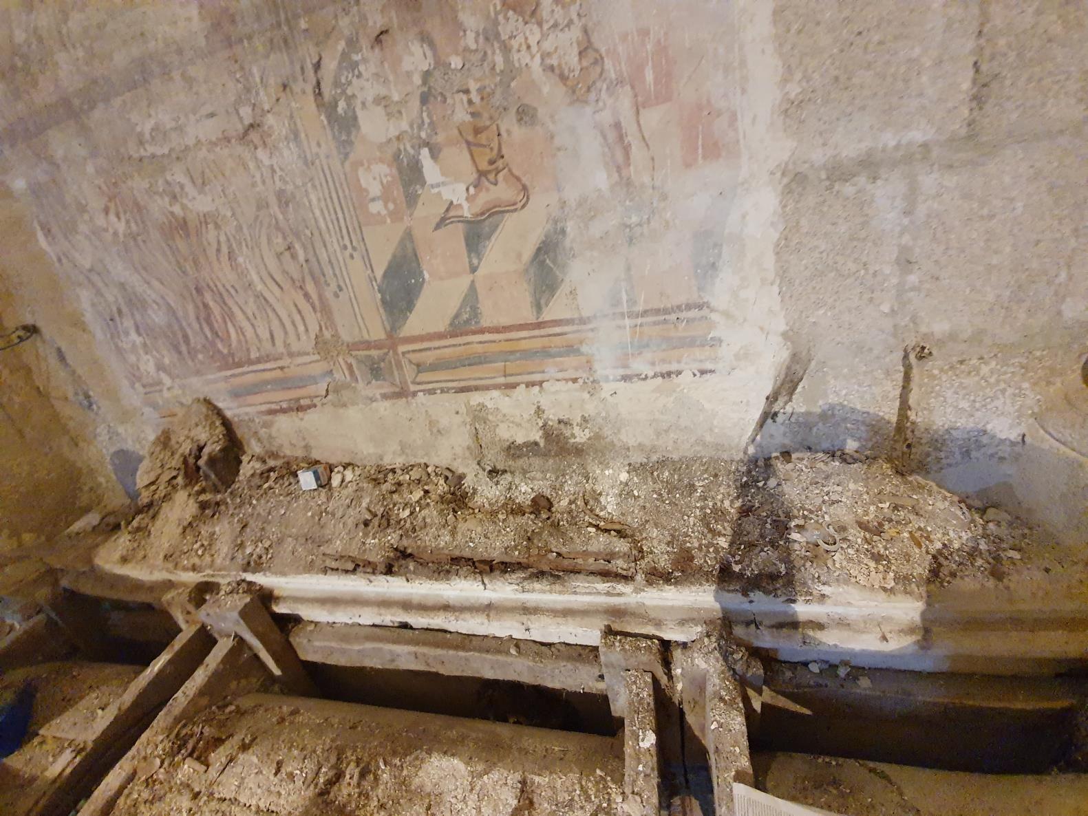 Muro una vez retirado el relicario. Restos de pintura mural