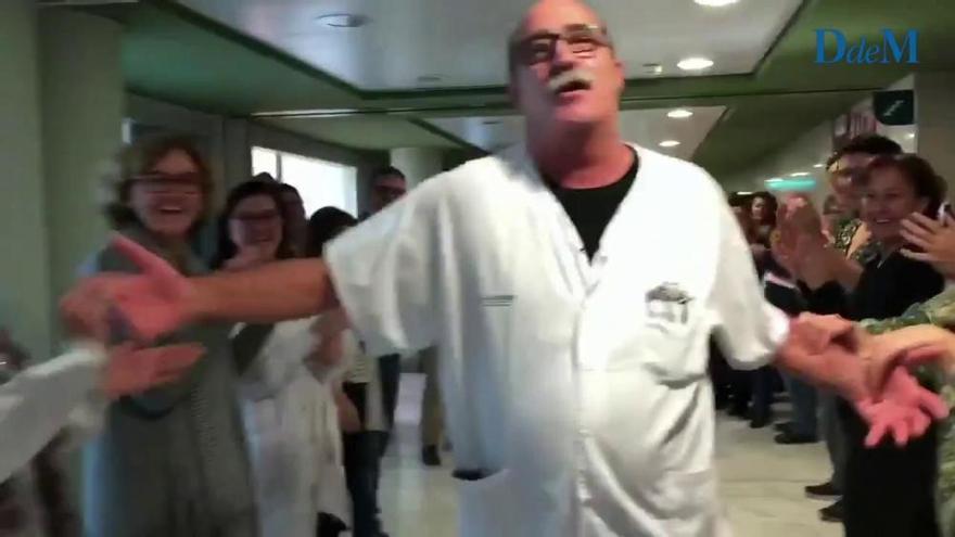Son Espases rinde un emotivo homenaje al celador Biel Barceló por su jubilación