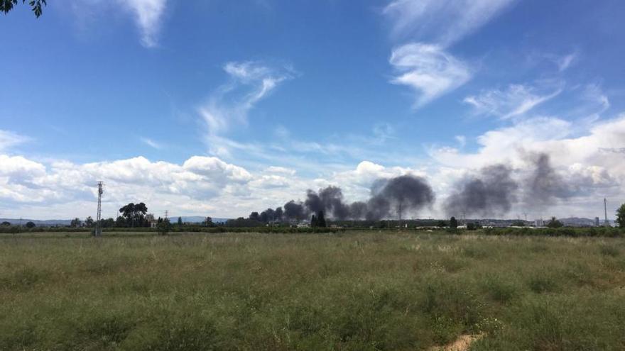 Un incendio en un vivero de Torrent provoca una gran columna de humo