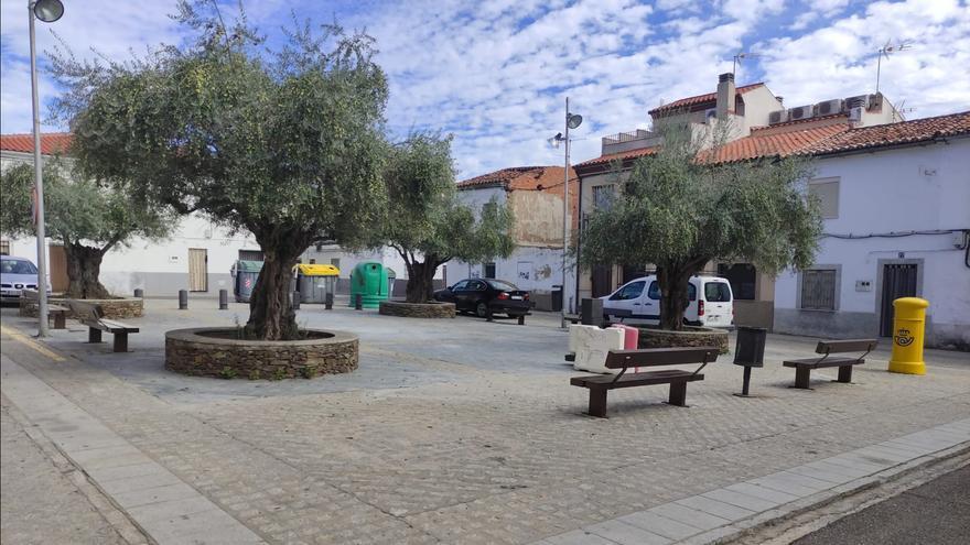El Ayuntamiento de Coria instala mobiliario urbano nuevo en el barrio de Santiago