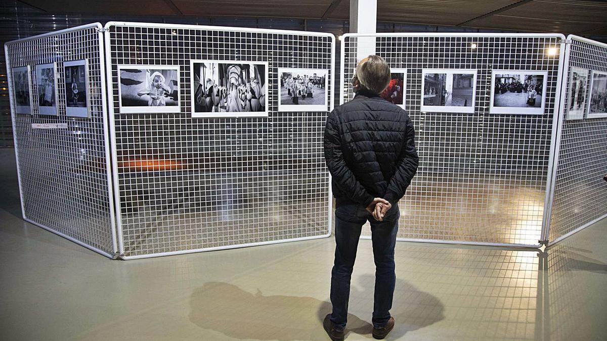 Un visitante observa la muestra Tempus Passionis en el auditorio El Batel. | L.O.