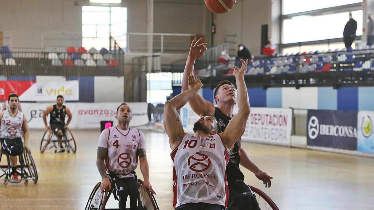 Una imagen del encuentro jugado ayer en Bouzas. |   // MARTA G.BREA