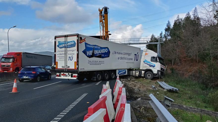 El accidente de un camión bloquea un carril de la AP-9 en Vigo