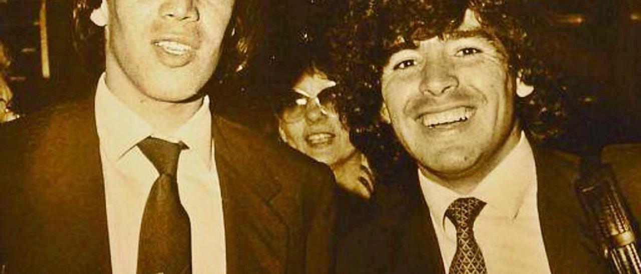 Gerardo Miranda –izquierda–, junto a Diego Armando Maradona, en una imagen de archivo.