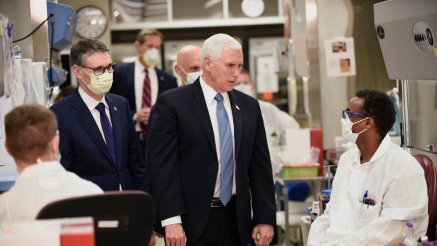 El vicepresidente de Trump, sin mascarilla en un hospital con enfermos de Covid-19