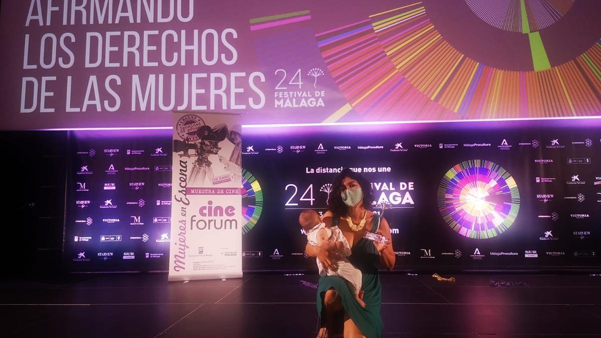 Laura Sipán con el premio recibido.