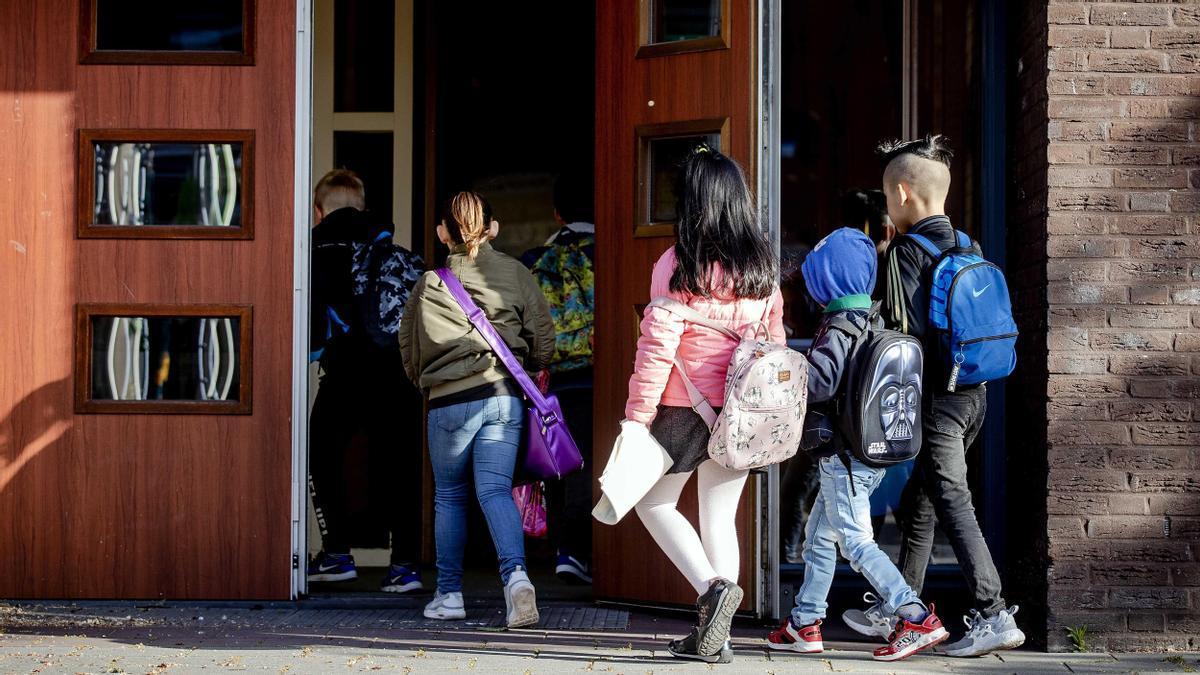 Varios niños acceden a un centro escolar.