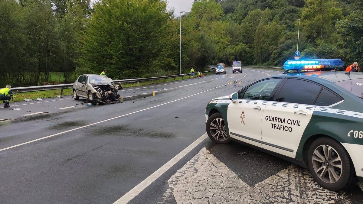Agentes de la Guardia Civil e Tráfico en el lugar del accidente.