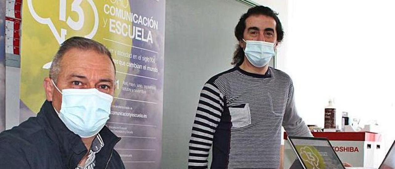 José Antonio Reiriz y Martín Alonso, ayer, en el aula de informática convertida en centro de operaciones del Foro virtual.   T. C.
