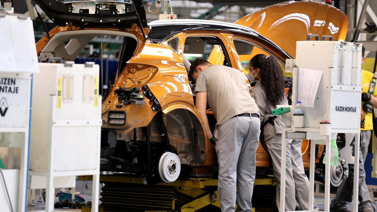 Trabajadores en una factoría de vehículos.