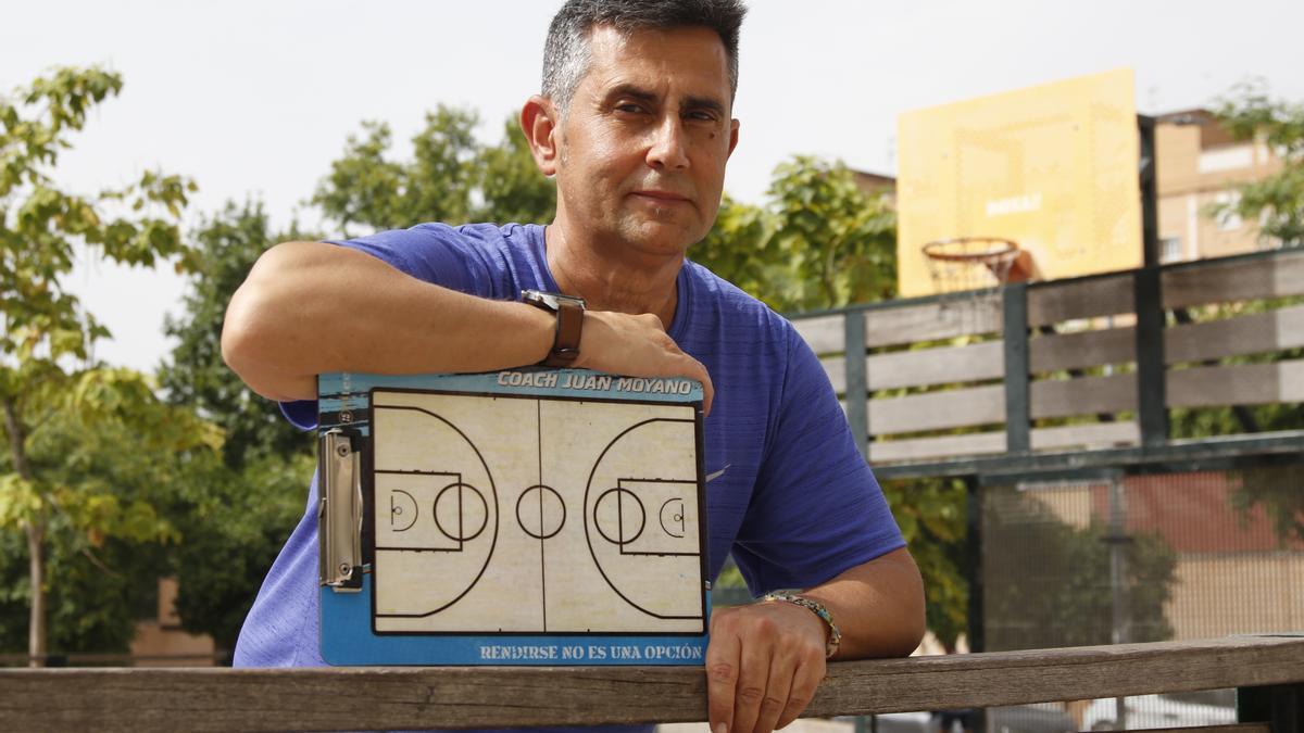 Juan Moyano posa en una cancha de baloncesto junto al Palacio Vista Alegre.