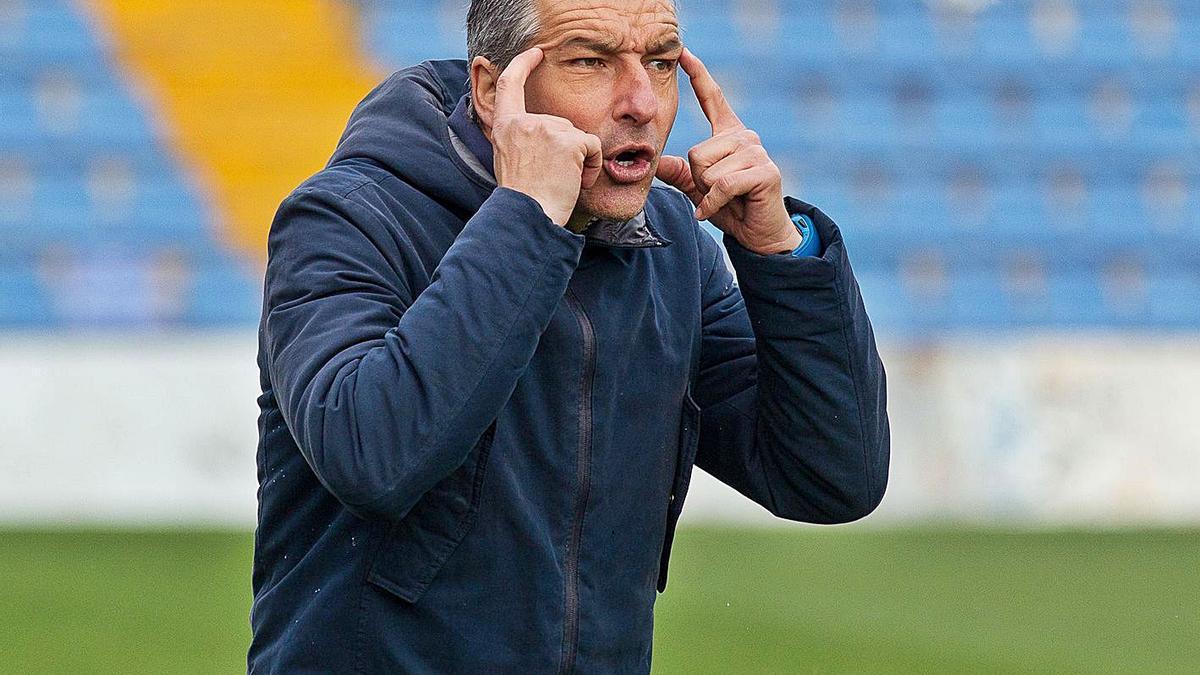 El entrenador del Hércules David Cubillo da instrucciones el domingo pasado ante La Nucía.
