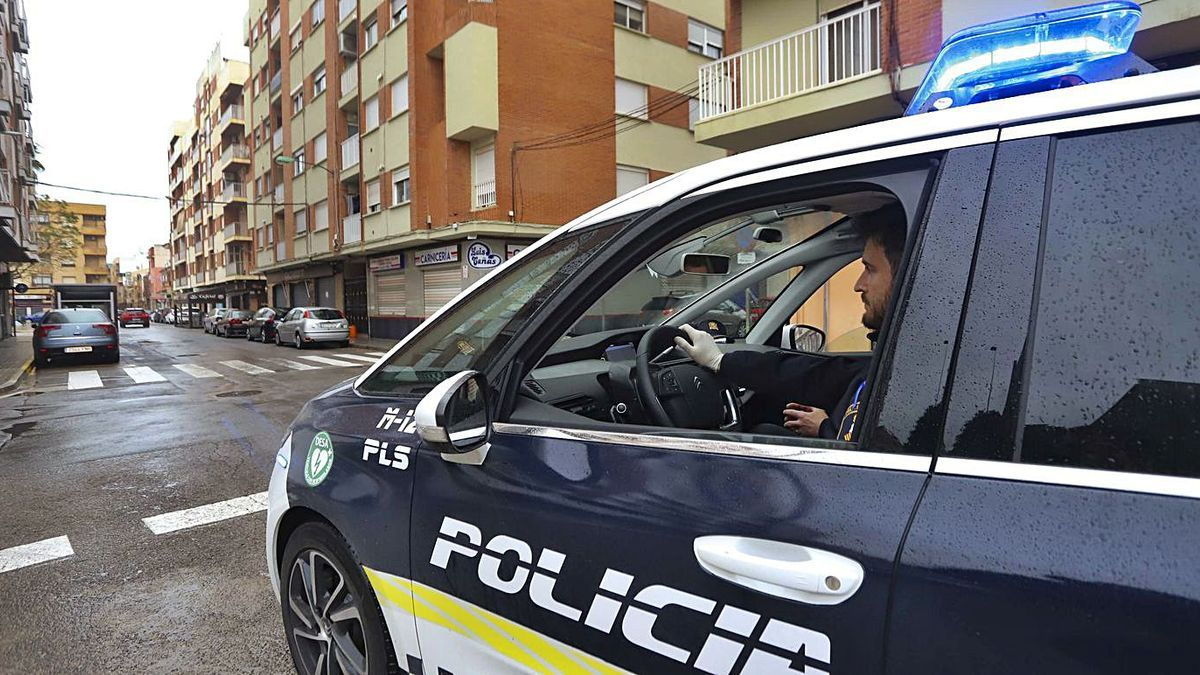 Un policía, en plena patrulla. | LEVANTE-EMV
