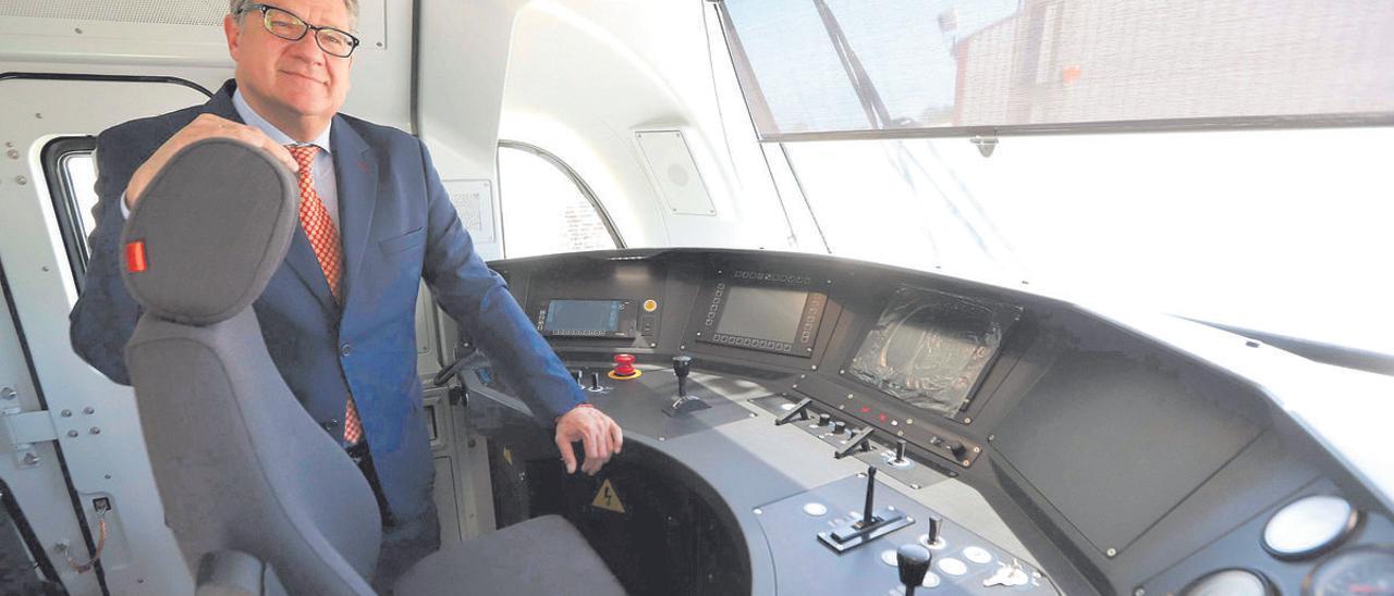 Iñigo Parra, en la cabina de un tren fabricado en la planta de Albulxech.