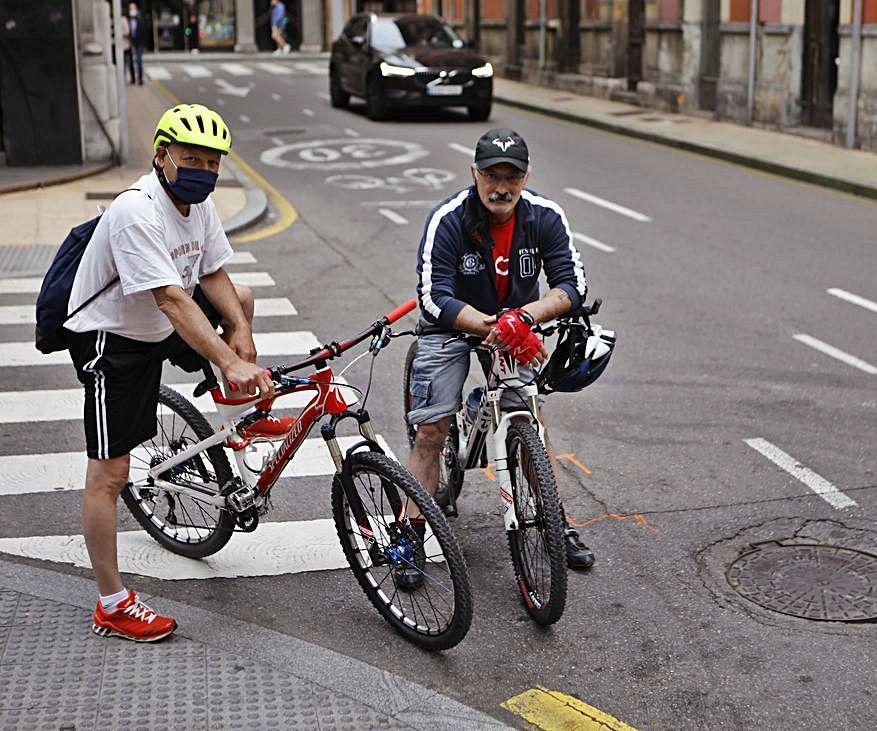 Alberto Calvo y Secundino Vega, en la calle Munuza.