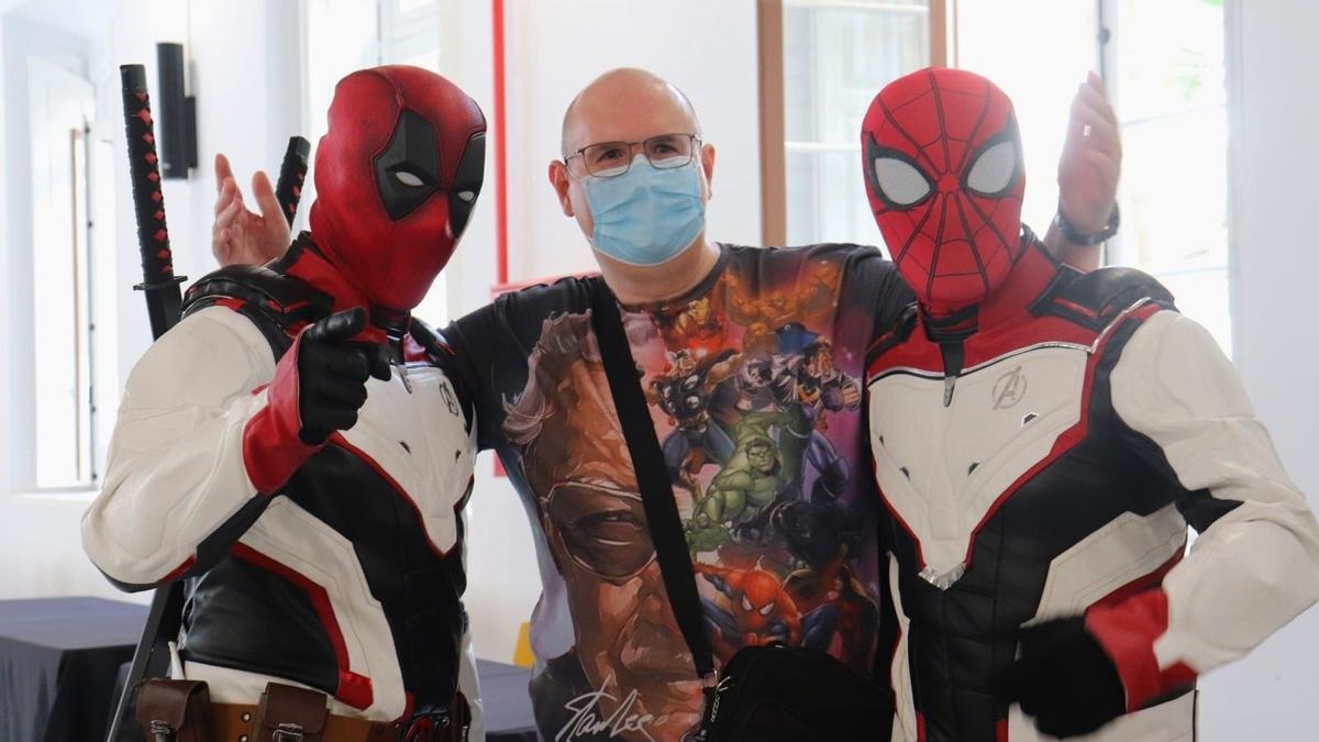 """Un fan se hace una foto con dos personas disfrazadas de Spiderman y Masacre durante la primera edición """"CómicOn""""."""