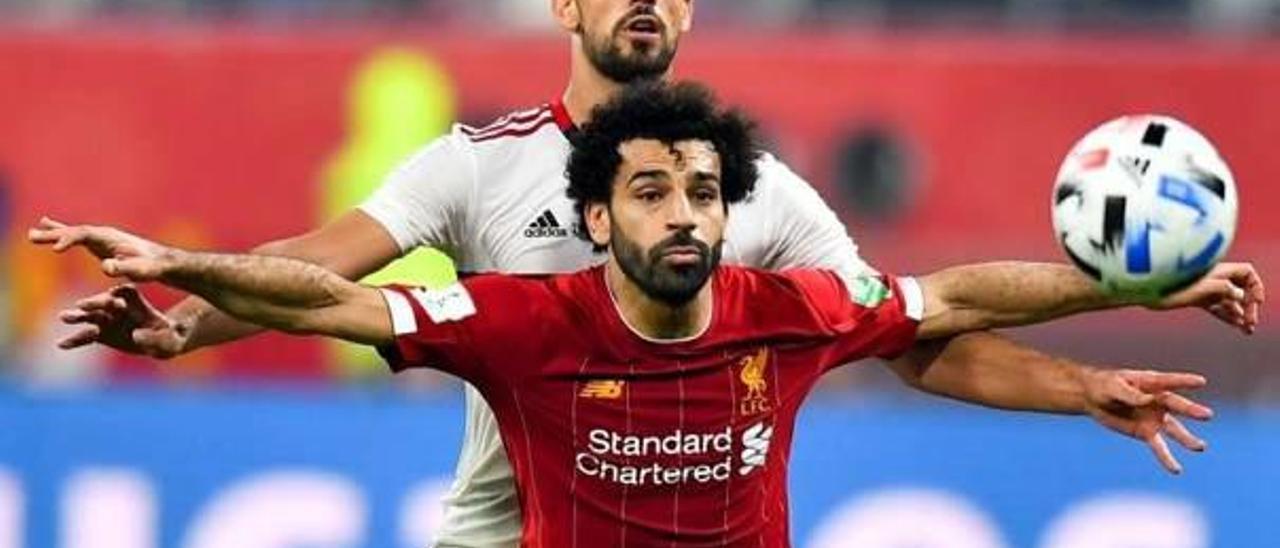 El central de Almusafes Pablo Marí defiende al egipcio Mohamed Salah en el Mundial de Clubes.