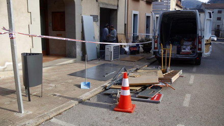 Uns lladres encasten un cotxe contra una entitat bancària intentant endur-se'n el caixer