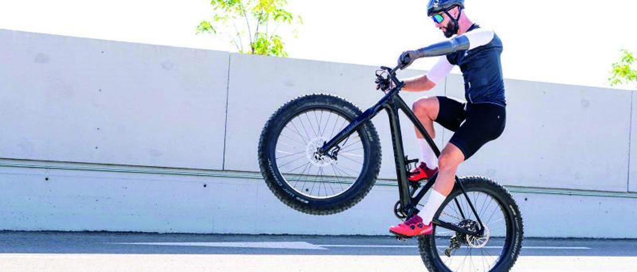 Christian Silva, durante un entrenamiento con la Fat Bike.    // FDV