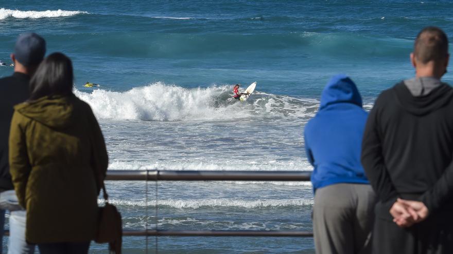 Los comercios de La Cícer salvan el puente con el campeonato de surf