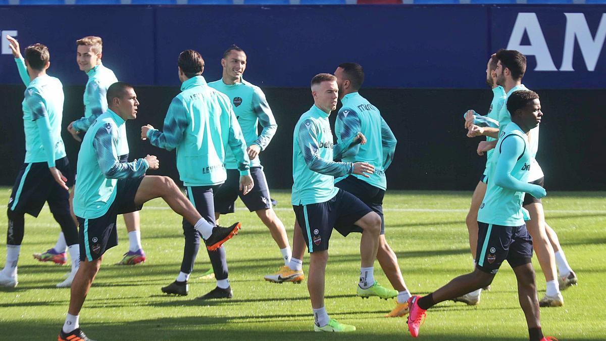 Imagen de un entrenamiento reciente del Levante UD en el estadio Ciutat de València.  | J.M. LÓPEZ