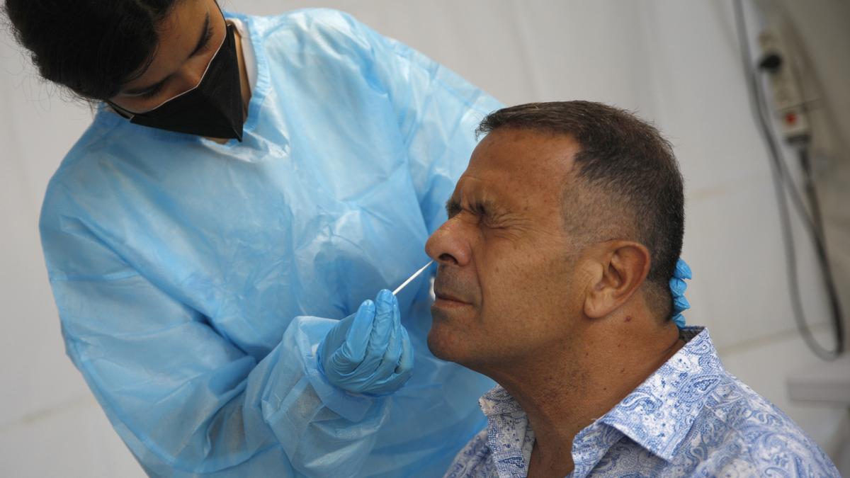 Un sanitario hace un test de antígenos